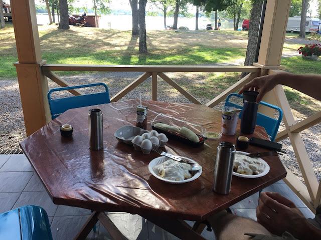 Aamupala on katettuna pöydälle Pukinsaaren leirintäalueella