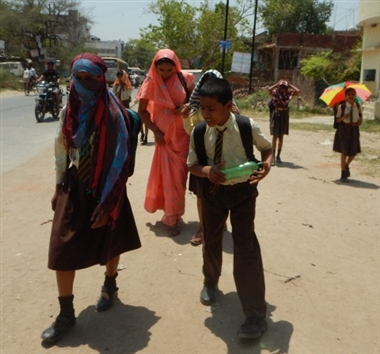 गर्मी के मौसम में स्कूली बच्चों के लिए नहीं हैं पंखे | Shivpuri News