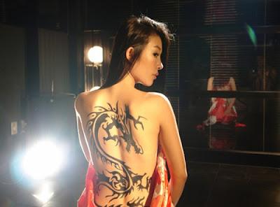 Tatuaje dragon en la espalda de mujer