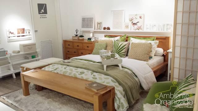 Roupa de cama branca com verde malva
