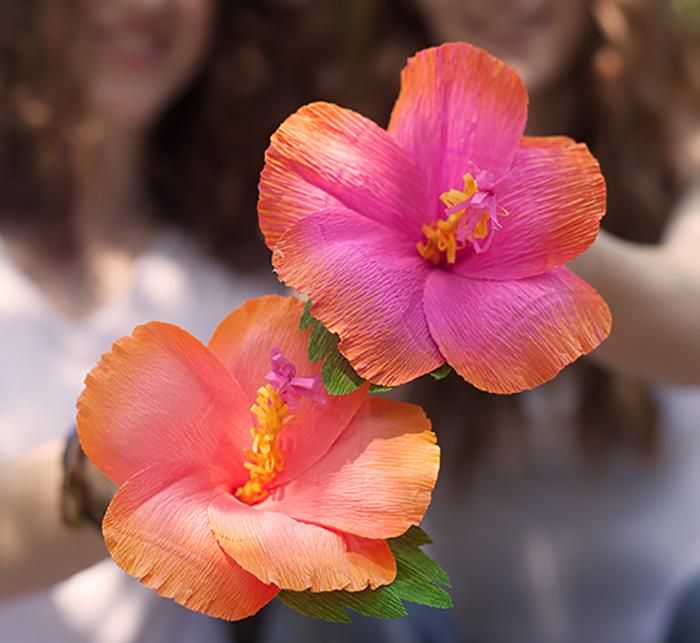ideas tutoriales paso a paso decoración fiesta hawaiana de verano hibiscus hojas tropicales palmeras tiki