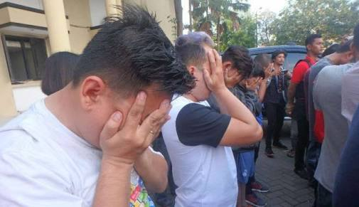 FPI Bantu Polisi BUBARKAN Pesta Gay, Netizen: NYATA BEDANYA FPI DENGAN ORMAS LAIN!