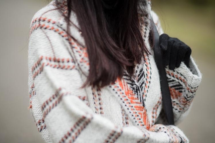 Wełniany płaszcz w etniczne wzory boho stylizacja blogerka bohemian style outfit