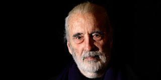 Portrait de Christopher Lee sur fond noir