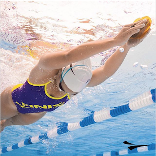 A swimmer using the ISO Strapless isolation paddles by FINIS