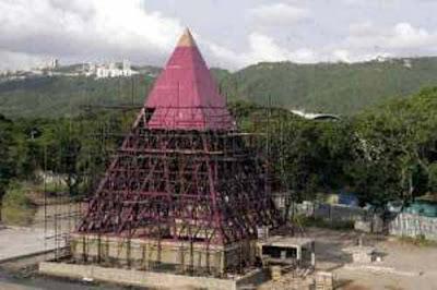 """Resultado de imagen para imagen: Pirámide que mandó a hacer en Caracas (autopista Valle-Coche) el Alcalde Mayor Juan Barreto (2004-2008), inspirado en parte en estas """"teorías""""."""