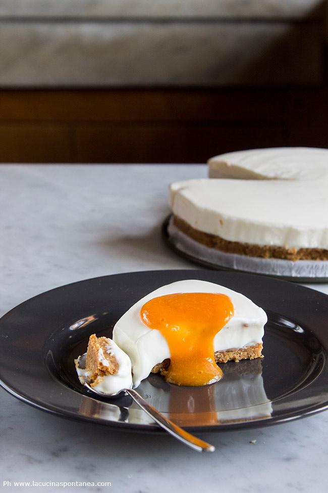 Immagine contenete fetta di torta yogurt, salsa albicocche e pesche, torta intera