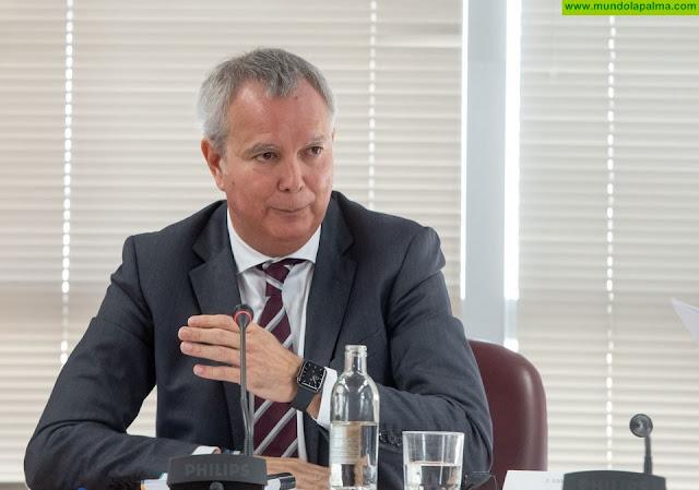 El consejero Sebastián Franquis planificará con los cabildos la distribución de los cerca de 500 millones de la deuda del anterior convenio de carreteras del Estado con Canarias