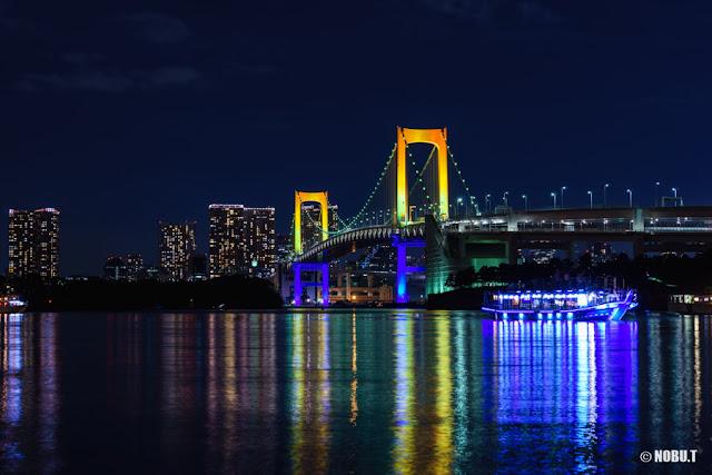 虹色のレインボーブリッジと屋形船