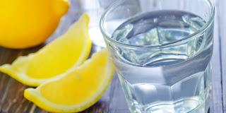 Boire de l'eau tiède citronnée chaque matin : 7 avantages