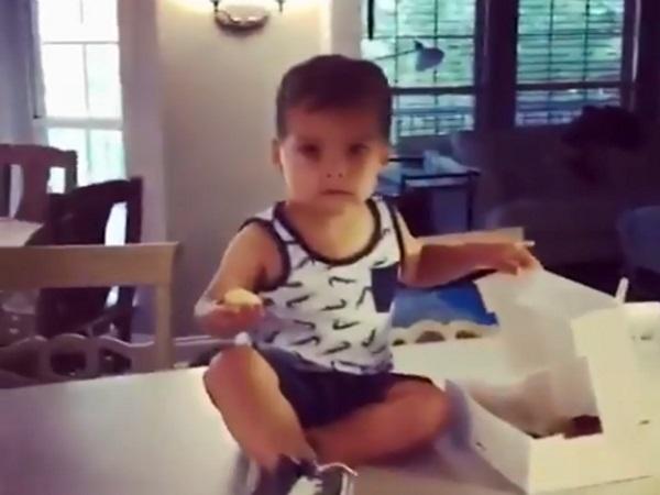 «Ουπς, μας πιάσανε»! Αυτός ο πιτσιρικάς λατρεύει τα donuts – video