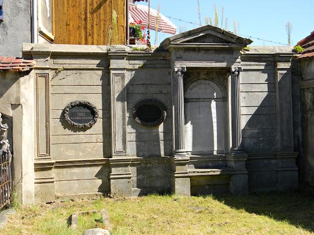 rzeźby, płyty, cmentarz, lapidarium