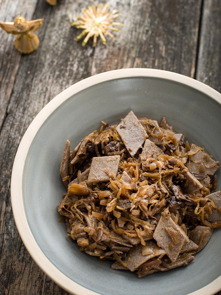Lazanki z kapustą, grzybami i suszoną śliwką weganskie, bezglutenowe kuchnia roślinna blog