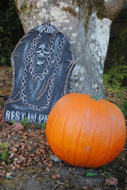 Pumpkin-patch-Halloween-graveyard- decor