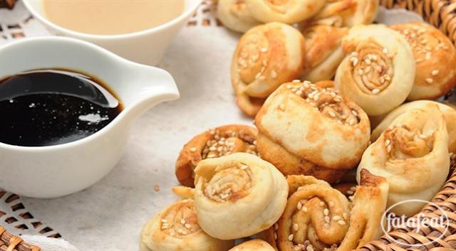 خبز عربي بالطحينة ودبس العسل ووعائين من الدبس والطحينة