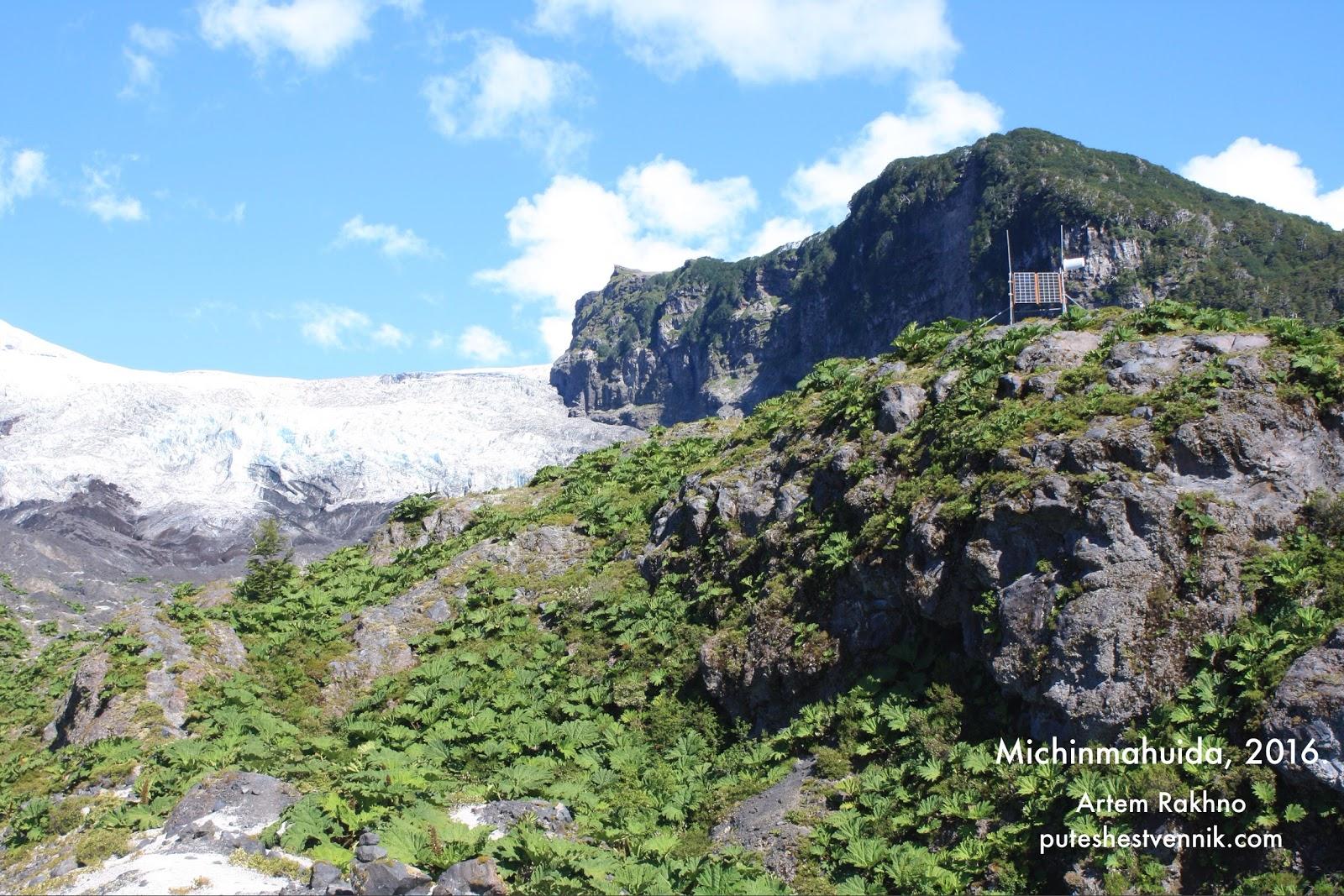 Солнечная батарея на скале возле вулкана