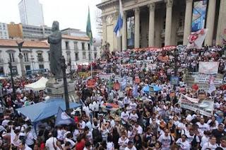 http://vnoticia.com.br/noticia/2643-antecipacao-de-receita-dos-royalties-garante-pagamento-do-13-salario-dos-servidores-do-rj