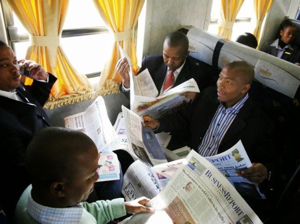 Investisseurs lisant la presse économique