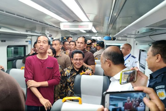 Joko Widodo (Jokowi) meresmikan kereta bandara