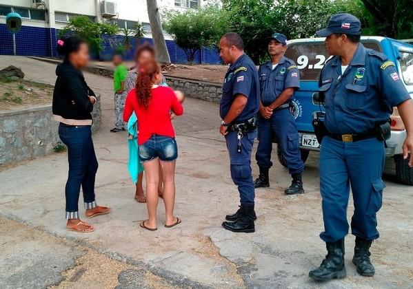 Familiares das vítimas se reúnem na frente da delegacia (Foto: Site Augusto Urgente)