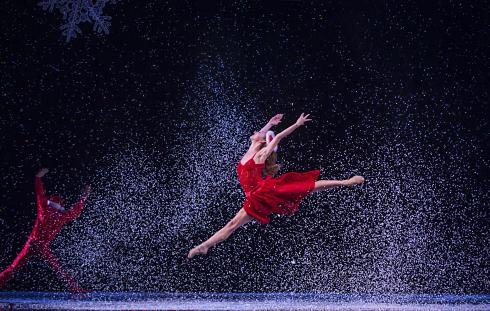 Photo d'une danseuse dansant dans une comédie musicale pour Noël.