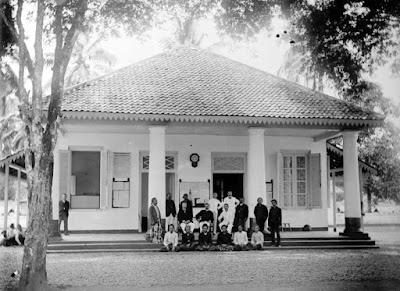 Kantor asisten komisaris di Tasikmalaya tahun 1921. Sumber : Koleksi Tropen Museum.. COLLECTIE_TROPENMUSEUM_Het_kantoor_van_de_assistent-resident_in_Tasikmalaja_TMnr_10015379