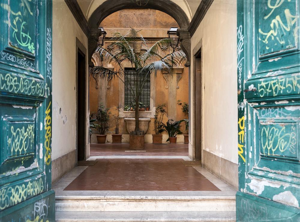 Rooma, kesä, kaupunki, valokuvaus, Visualaddict, porttikonki, sisäpiha, Rome, photography, Frida Steiner, valokuvaaja, arkkitehtuuri, graffiti, Rome