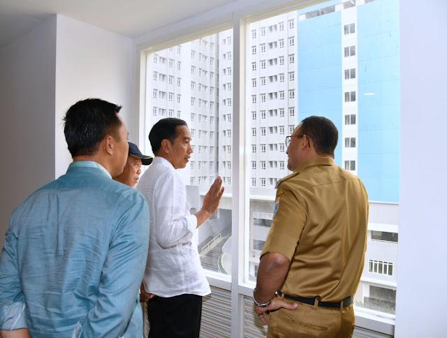 Bah Fuang, Anies Berkacak Pinggang di Depan Presiden Jokowi saat Tinjau Wisma Atlet