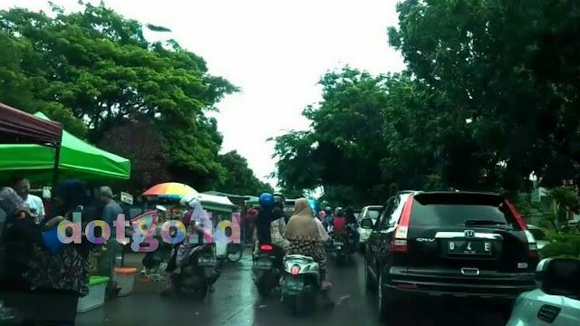 Pasar dadakan galuh mas pasar kaget di kota karawang selalu ramai dan bikin macet jalan
