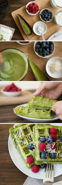 Adonan waffle ditambah kelapa dan teh hijau bubuk.