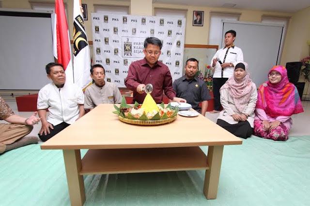 Syukuri Hari Lahir, Presiden PKS Lesehan dengan OB, CS, dan Satpam