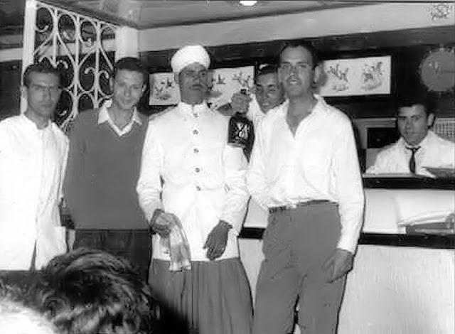 """La """"coquetona"""" cantina decorada por Baena, el día de la inauguración. Soy el de la camisa blanca (Foto del archivo propio)"""