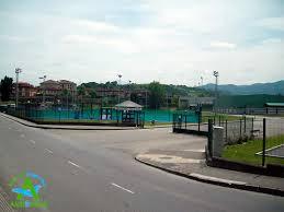 Vista parcial y entrada del polideportivo de arriondas