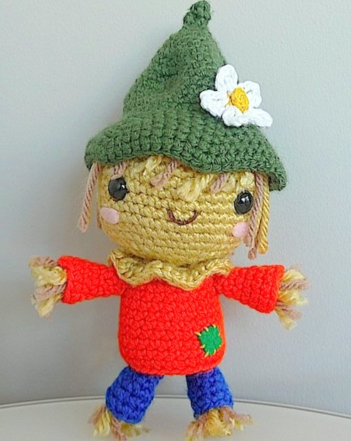 There are a lot of cute fall and Thanksgiving related crochet patterns out there! This article lists a couple of the best ones! From pilgrim amigurumi to scarecrows, from banners to hats, there's something for everyone!