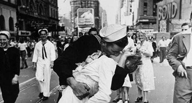 Muere la enfermera del beso que simbolizó el fin de la II Guerra Mundial
