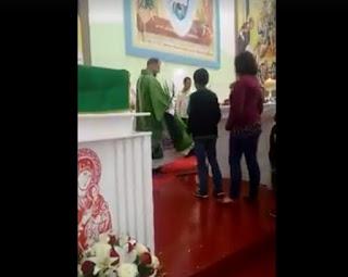 Video Seorang Imam Katolik Menarik Rambut Anak-Anak Saat Persiapan Komuni Pertama