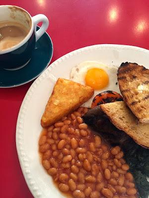 Am ersten Tag, gleich ein typisches britisches Breakfast. Mit Baked Beans, fried egg, spinach und sogar Sauerteigbrot, das gerade voll angesagt ist © diekremserin on the go