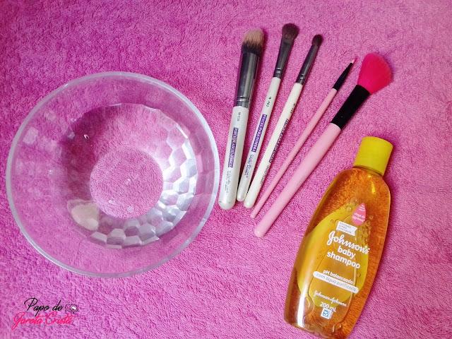 Limpando os pincéis com Shampoo Johnson's