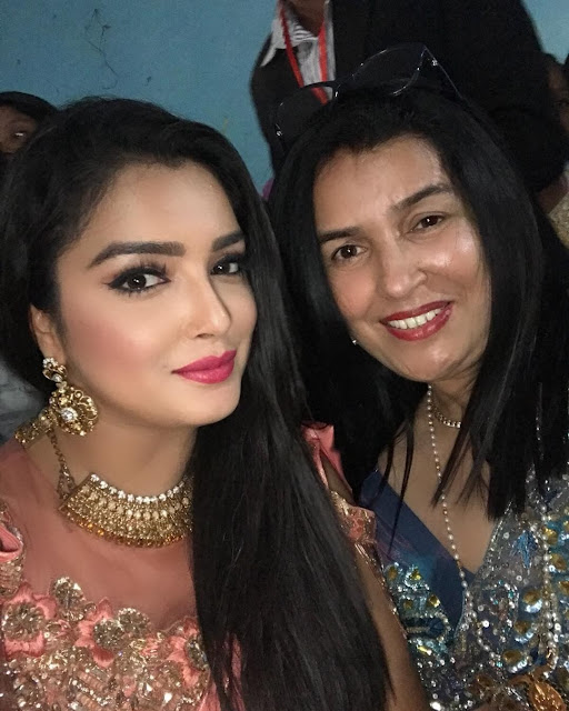 Amrapali Dubey with her Mother photo