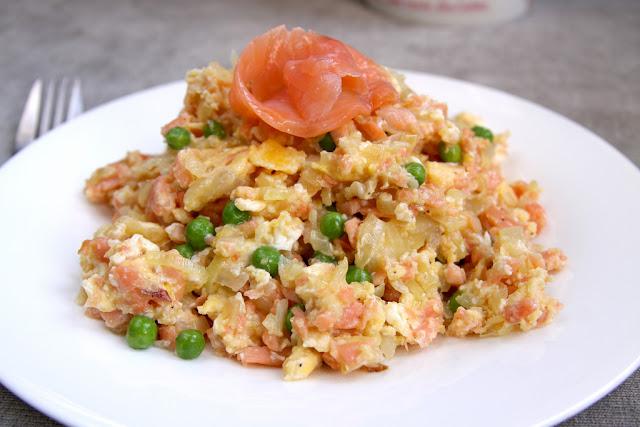 jajecznica, jajecznica z łososiem wędzonym, jajecznica z zielony groszkiem,
