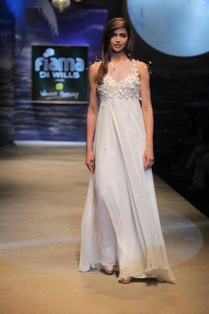Deepika Padukone In White Gown Pics, Deepika Walks For ...