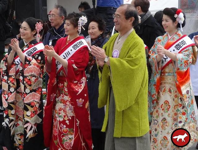 le maire de Kyoto à l'arrivée du marathon de Kyoto 2016