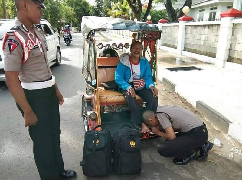 Muh Aswar siswa SPN yang mencium telapak kaki ayahnya yang sedang istirahat menarik becak.