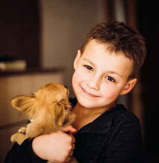 niño abrazando perro