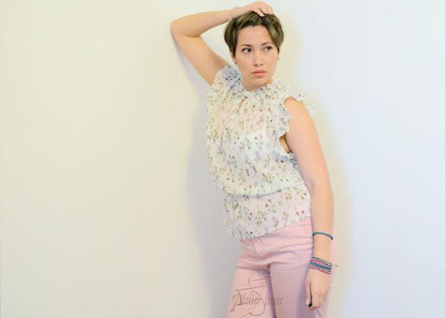 pantalón rosa con estampado floral rosa