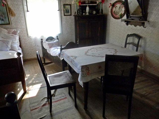 krzesła, łóżko, obrazy, lustro, szafa, stół