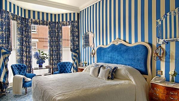 Jika Anda memiliki keinginan untuk menambahkan kemeriahan ke dalam kamar tidur Anda Kamar Tidur dengan Desain Dinding Garis- Garis Dengan Penataan YangSimpel