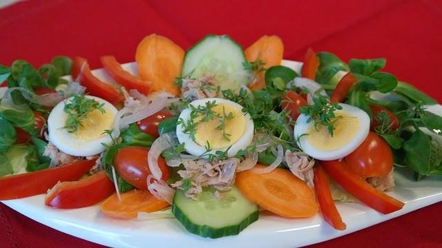 Riquisima ensalada de atun en la cocina de la abuela