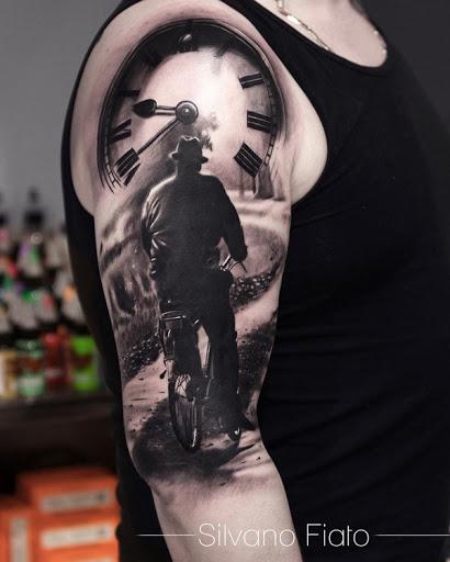 Bela tatuagem manga de um homem que andava de bicicleta. A atenção ao detalhe que essa tatuagem tem, bem como a incrível iluminação torna-se verdadeiramente um de um tipo e atraente. (Foto: Fontes de imagem)
