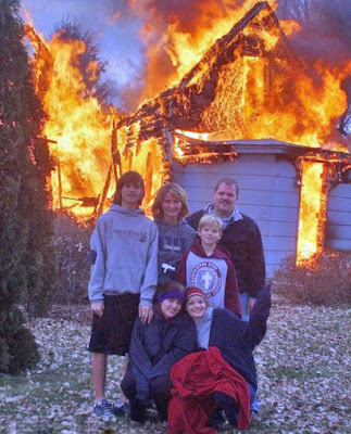 Familien Foto lustig - Eltern und Kinder vor brennendem Haus